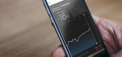 App für Temperatur Steuerung auf HTC Smartphone in einer Hand