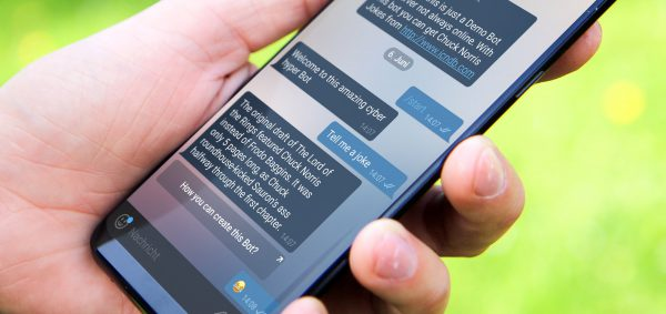 Telegram Chat Bot auf Smartphone in einer Hand