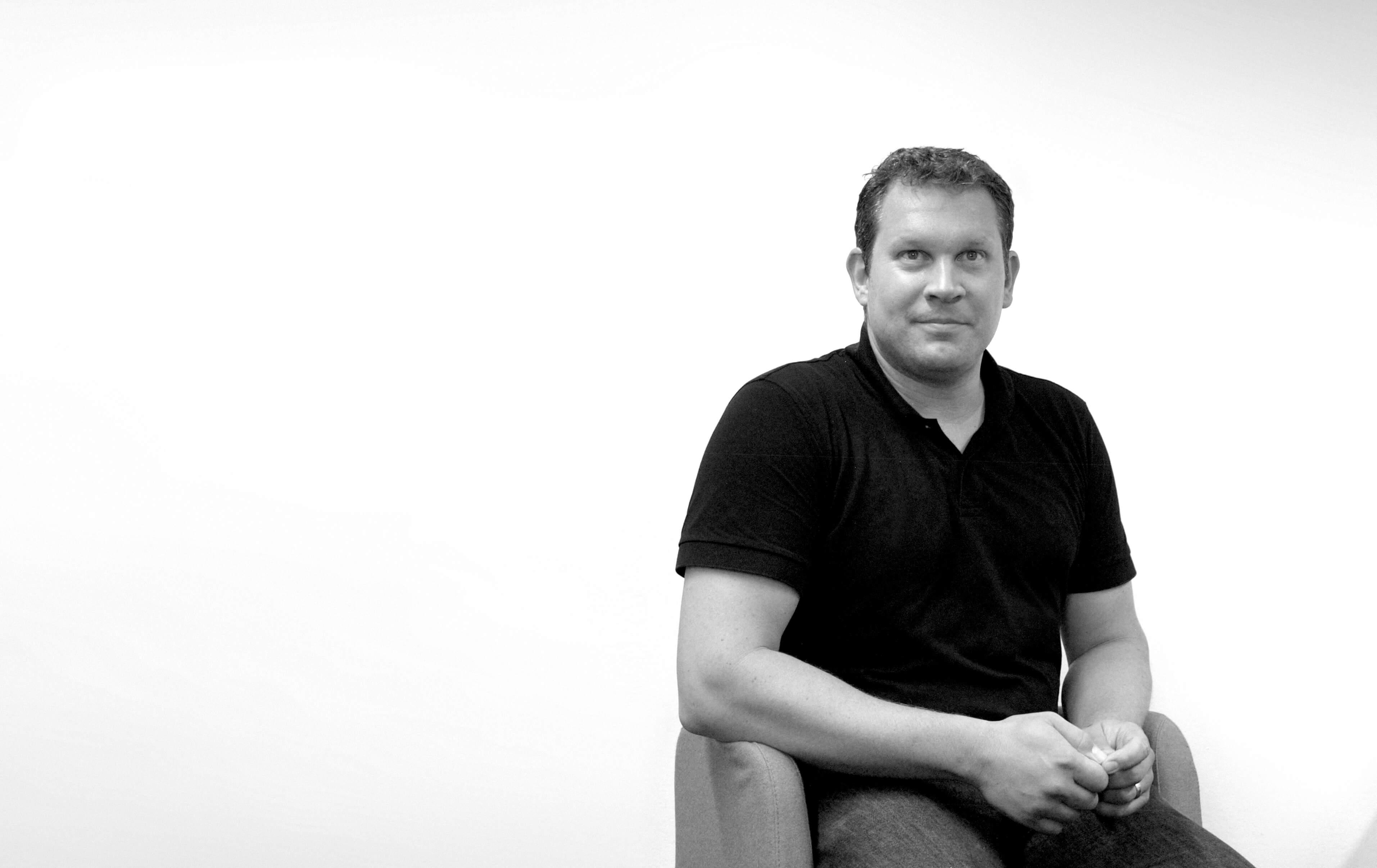 Jens Wehrmann Ceo Mobile Software AG auf einem Stuhl