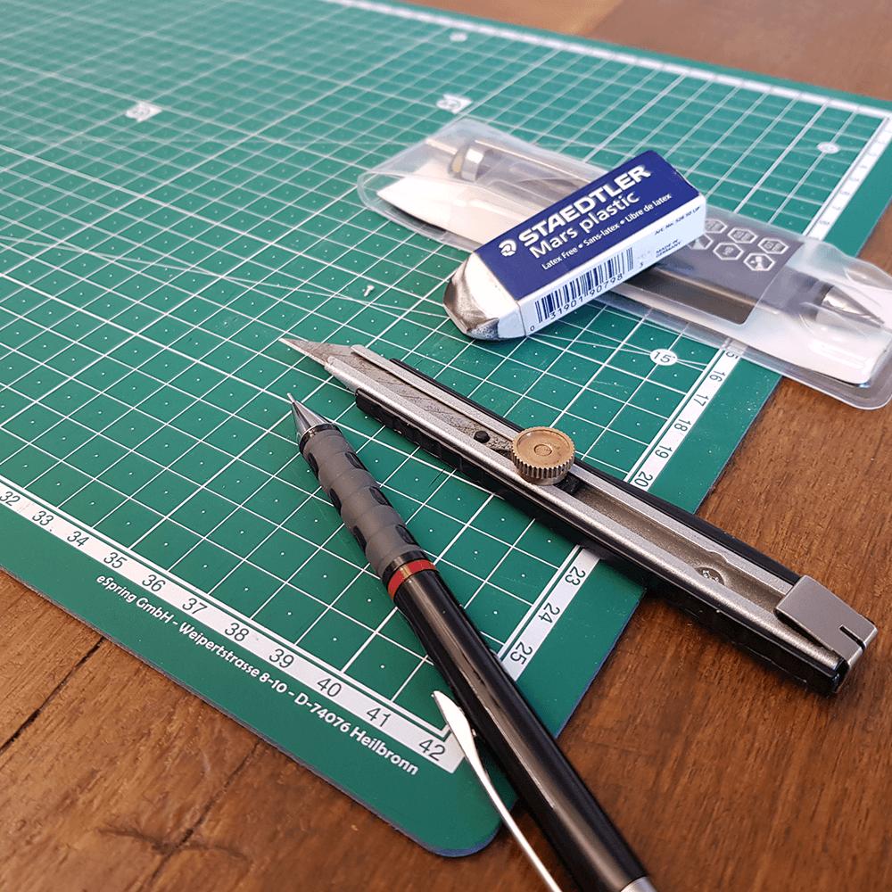 Bleisift Skalpell radiergummi und stift auf centimeter matte