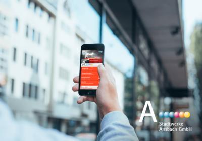 Stadtwerke Ansbach auf iPhone in Hand von Mann in der Altstadt