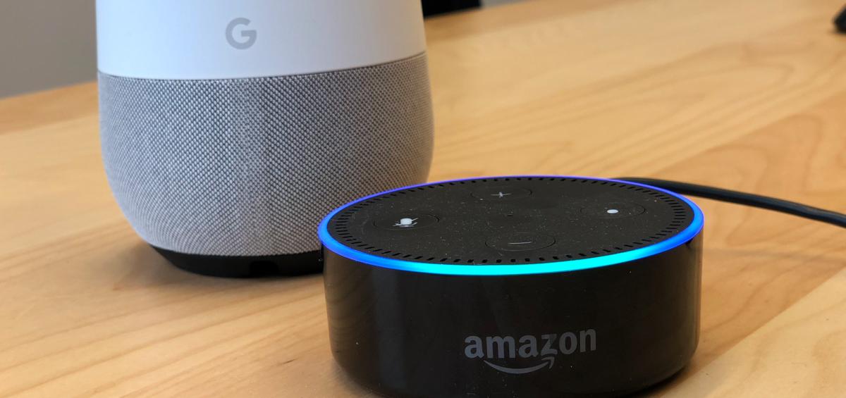 Amazon Alexa Smarthome Assistent auf einem Tisch mit Google Home