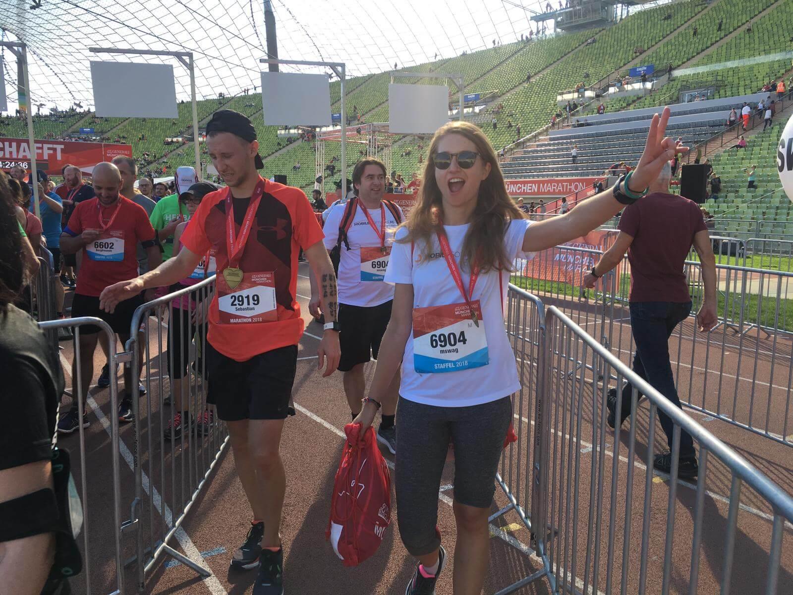 Gruppe von Leuten jubelnd im Olympia Stadium