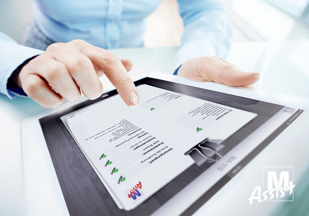 mavis healthcare app auf iPad in händen eines mannes M-Assist logo