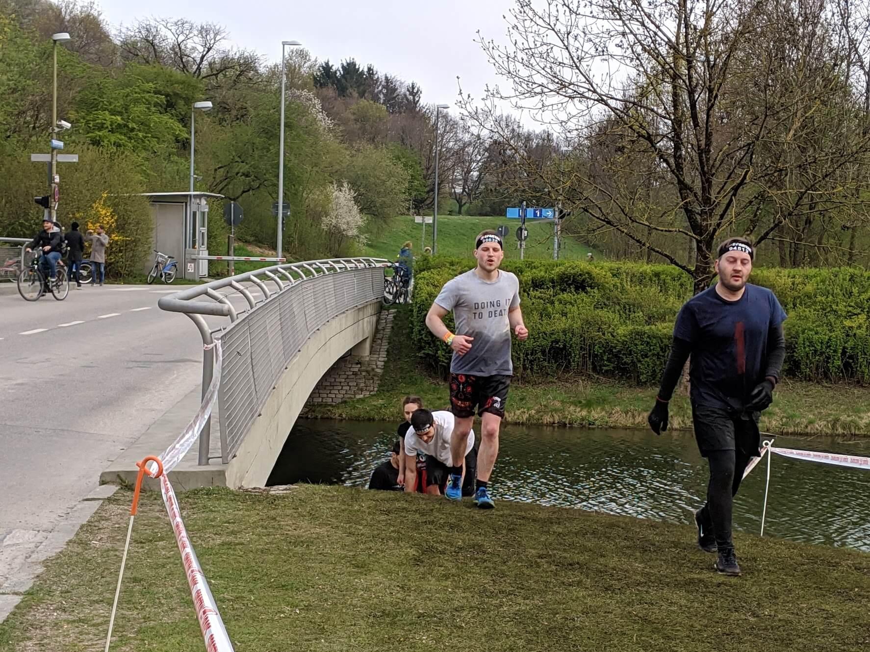 Mehrere Läufer beim Spartan Race 2019