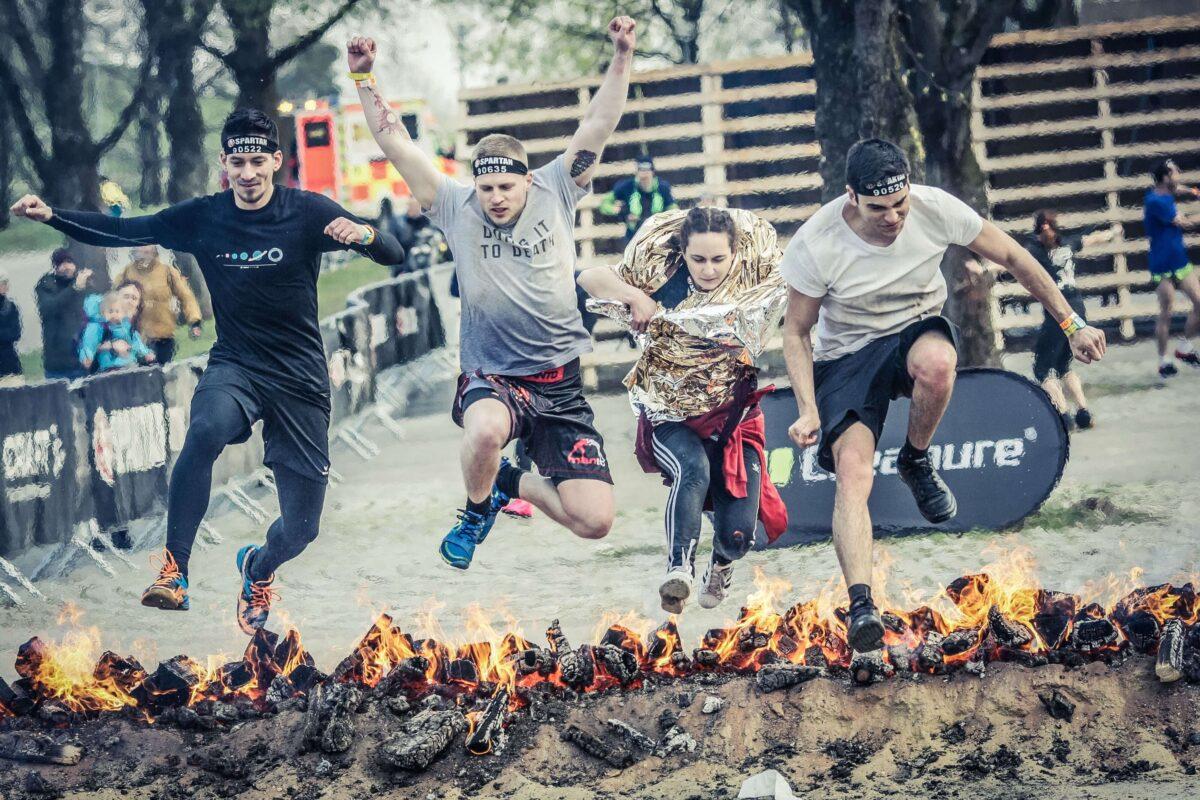 Teamfoto beim Sprung über das Feier Spartan Race 2019