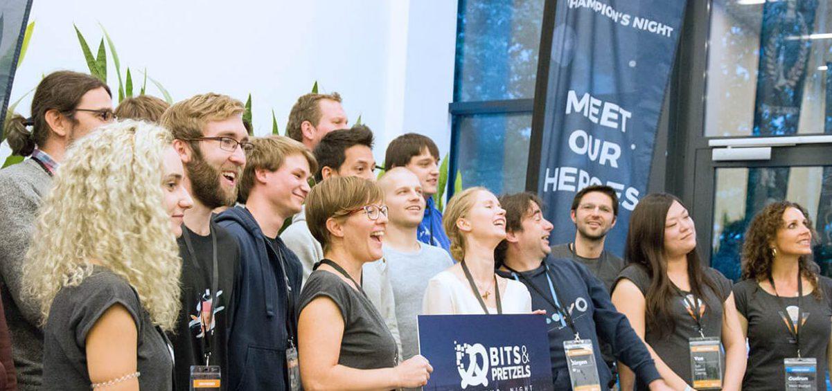 Eine gruppe feiernder Menschen von der Mobile-Software AG bei Startup Night Bits and Pretzels