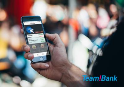 Team!Bank Logo Mein Budget App auf iPhone in einer Hand