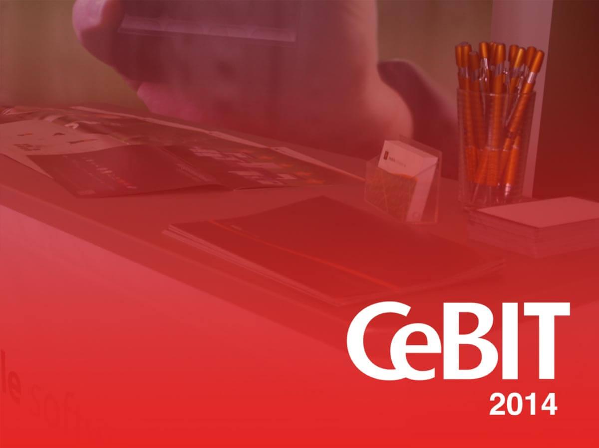 CeBit 2014 Logo mit Schreibtisch im Hintergrund