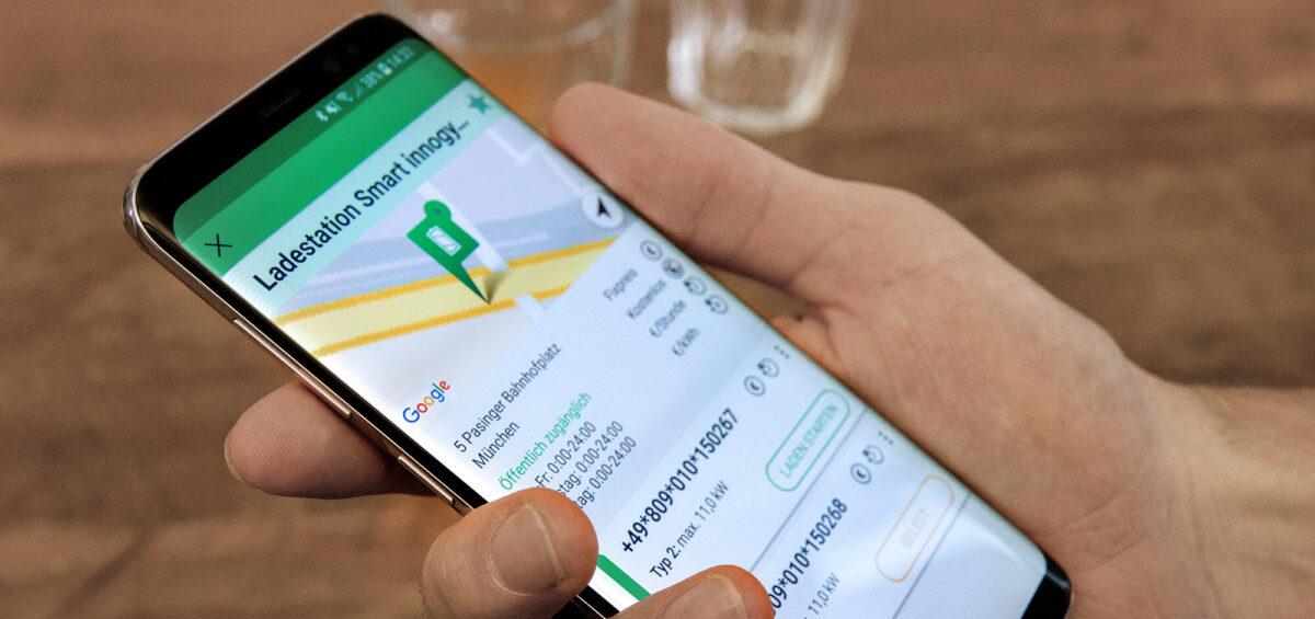 CleverLaden App auf Smartphone in einer Hand