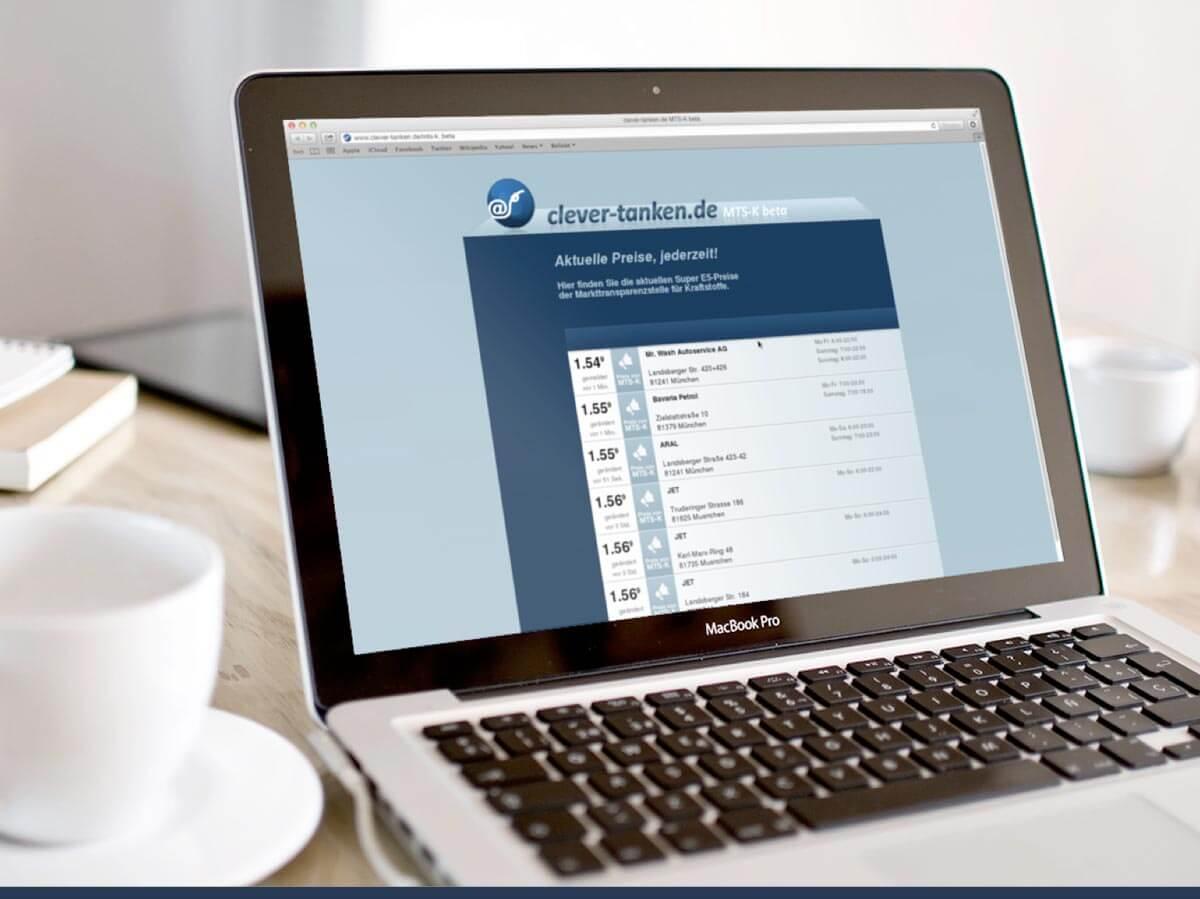 Clever Tanken Website neben Cafe Tasse auf Laptop