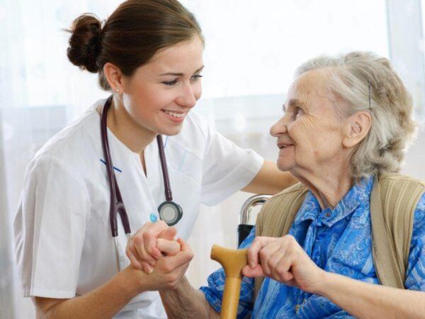 Pflegerin mit älterer Dame