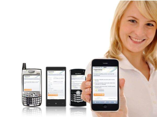 Experteer App Auf Smartphones Gehalten von Frau
