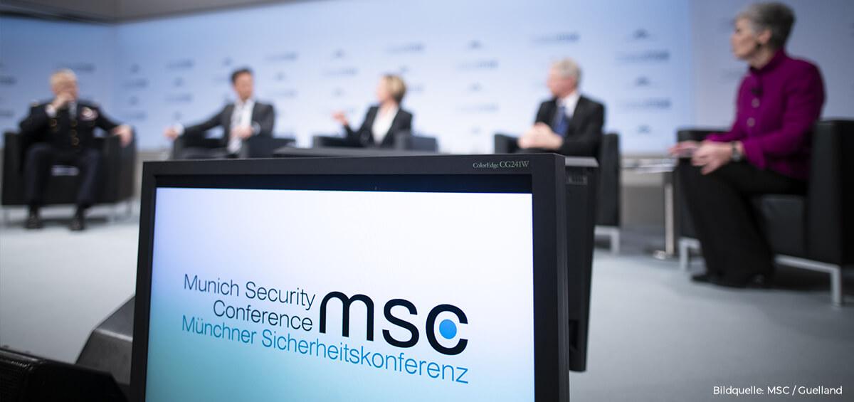 Munich Security Conference MSC auf Bildschirm im Hintergrund Diskussionsrunde