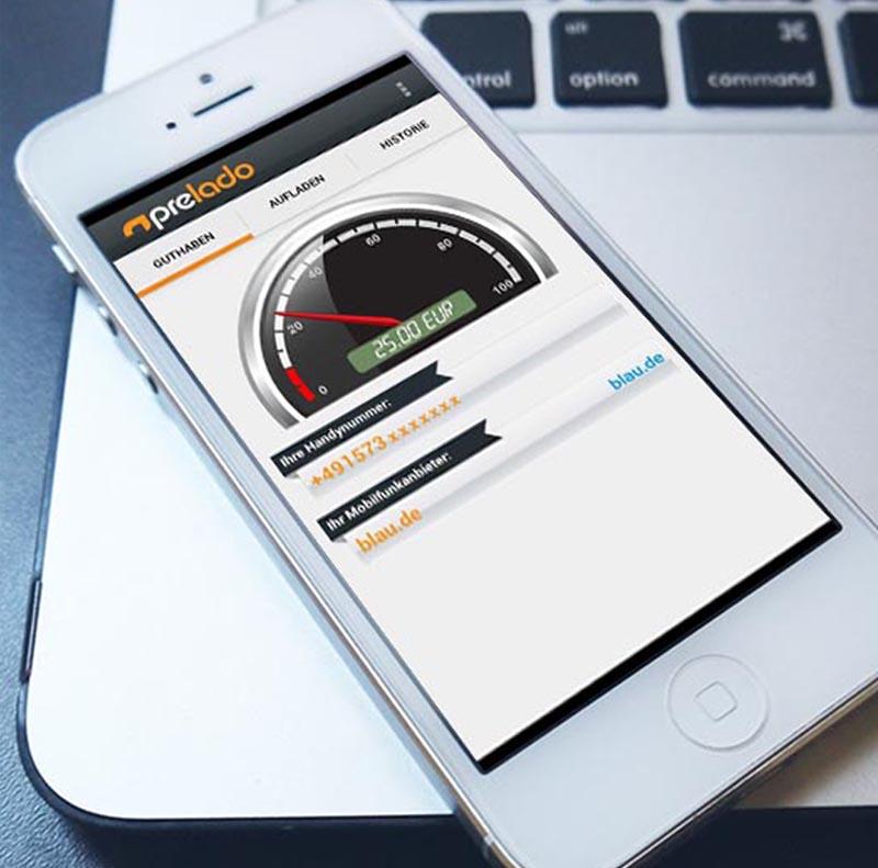 Prelado app auf Smartphone liegend auf MacBook