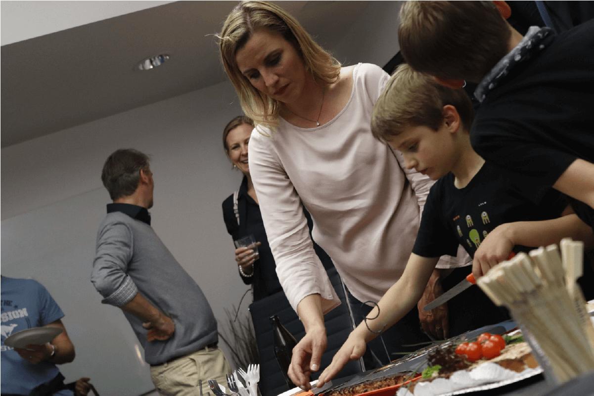 Gruppe von Leuten kuchen anschneiden