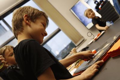 Kind beim Kuchenanschneiden