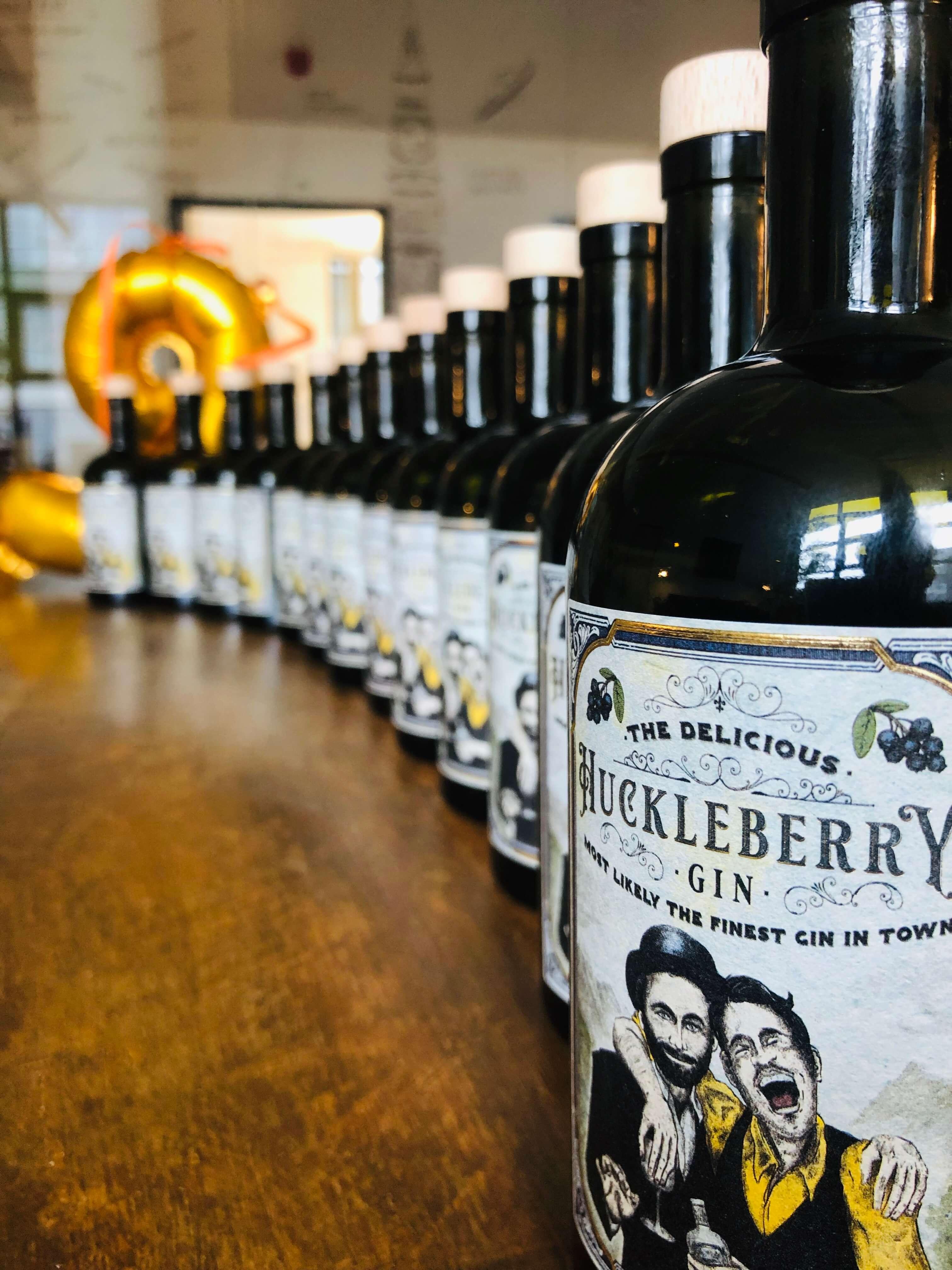HuckleBerry Gin in Reihe aufgestellt